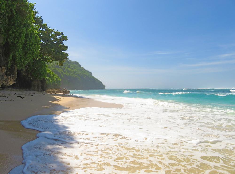 Ombak di Pantai Green Bowl Bali