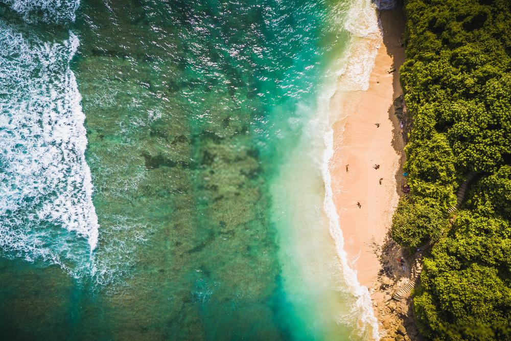 Surfing di Pantai Green Bowl