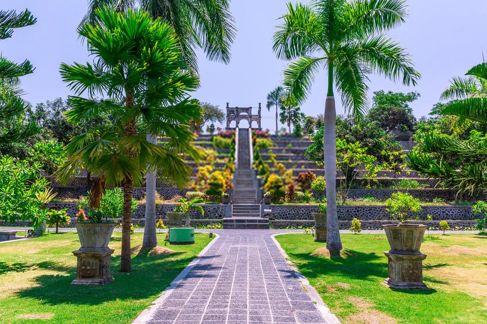 Tempat pemotrean prewedding di Taman Ujung Bali